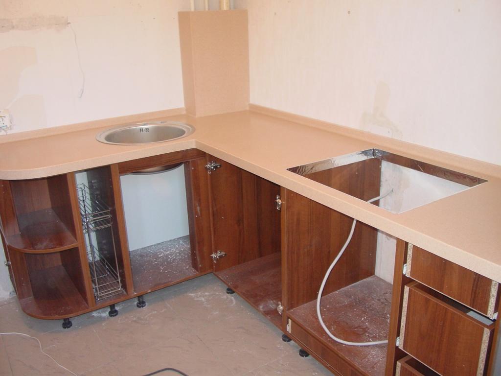 Установка столешницы на угловой кухне